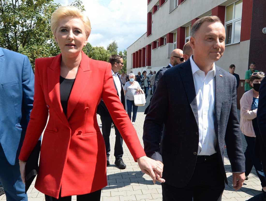 Polens president Andrzej Duda tillsammans med sin hustru Agata Kornhauser-Duda utanför vallokalen vid söndagens val.