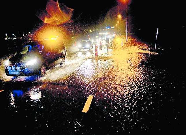 RAMDALA Snövädret blev till översvämningar när det på vissa håll blev plusgrader. E22 omkring Ramdala utanför Karlskrona översvämmades och polisen fick leda om trafiken med långa köer och fastkörningar som följd.