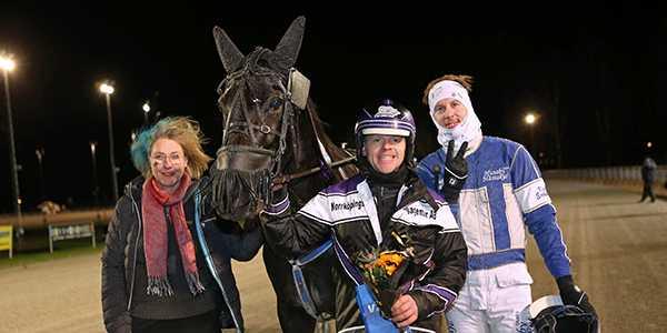 Speedy Foxy Vicane tillsammans med David Källgren och Kim Eriksson vid segern i lördags.