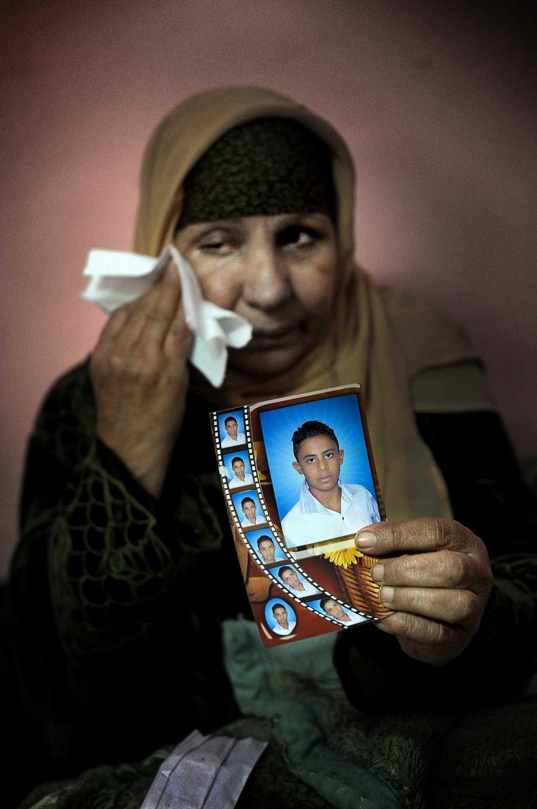 GRÅTER Sanaa, 63, med en bild på sonen Sameh. Han red till Tahrirtorget – sedan dess är han försvunnen.