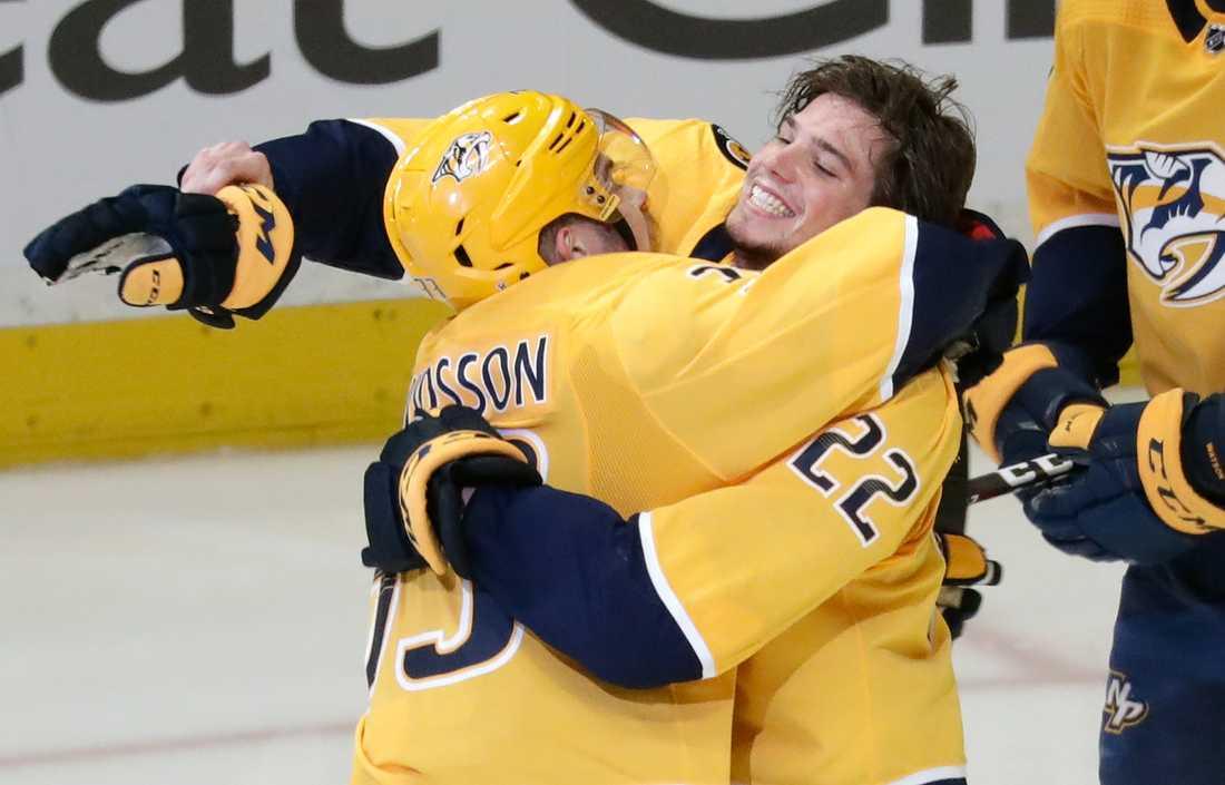 Kevin Fiala och Viktor Arvidsson omfamnar varandra i jublet.