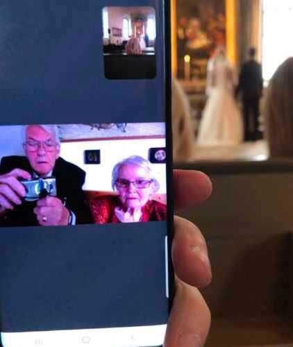 Brudens syster Mathilda filmade vigseln så hennes farmor och farfar fick se barnbarnets bröllop.