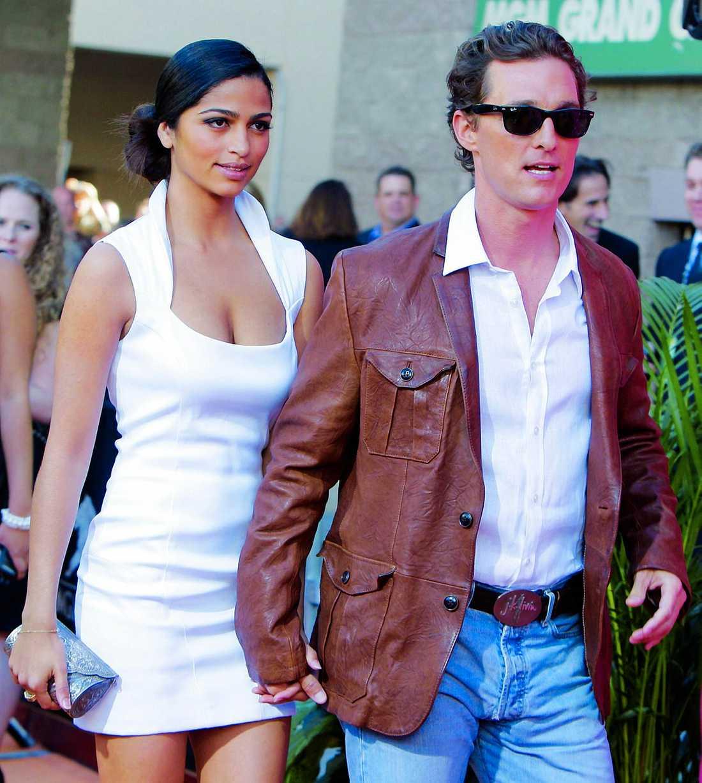"""Första bilden på Matthew McConaughey och flickvännen Camila Alves son Levi, som föddes 2008, köptes av köndistidningen """"OK!"""" för drygt 20 miljoner kronor. Paret anlitade fotografen Todd Shemarya för att ta bilderna, det är samma fotograf som tog de första bilderna på Angelina Jolies och Brad Pitts dotter Shiloh Nouvel som föddes 2006."""