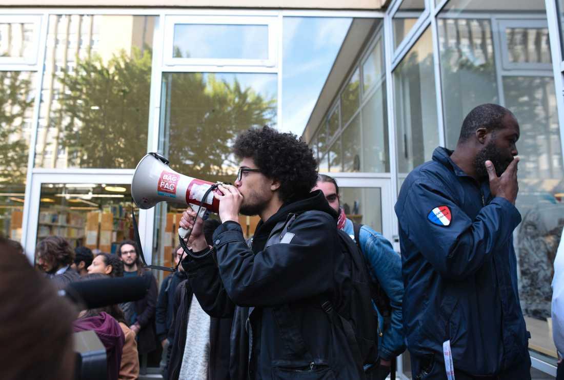 Nanterrestudenten Victor Mendez är en av de som protesterar mot reformerna. Säkerhetsvakten i bakgrunden har precis sagt till studenterna att de inte tillåts komma in i just den här byggnaden.
