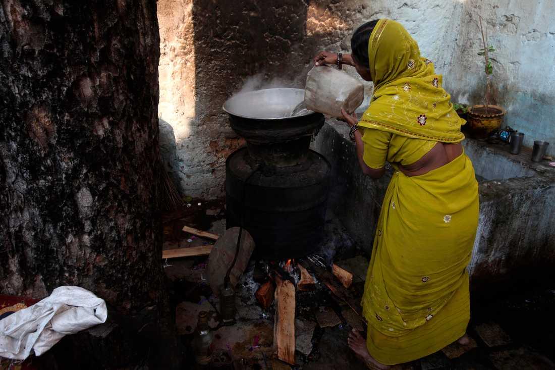 Illegal sprit kostar hundratals liv i Indien varje år. På bilden hembränning i delstaten Andhra Pradesh. Arkivbild.
