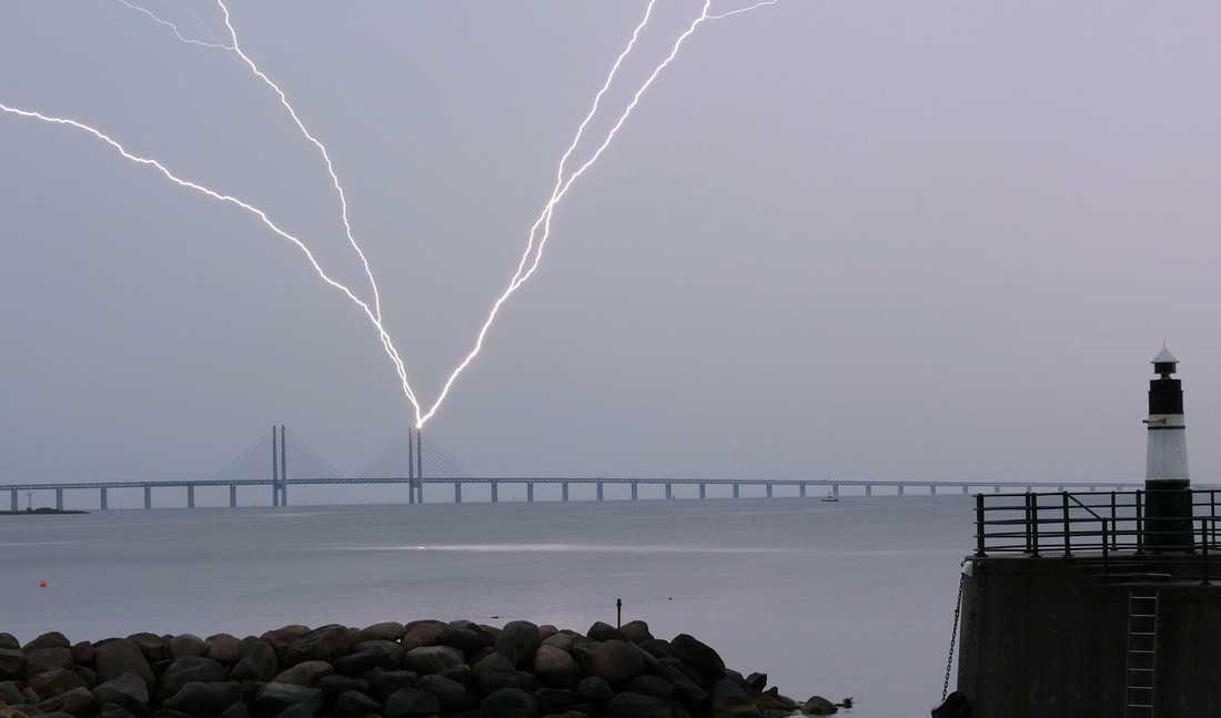 Blixten slår ner i den ena pylonen på Öresundsbron vid lördagens åskoväder.