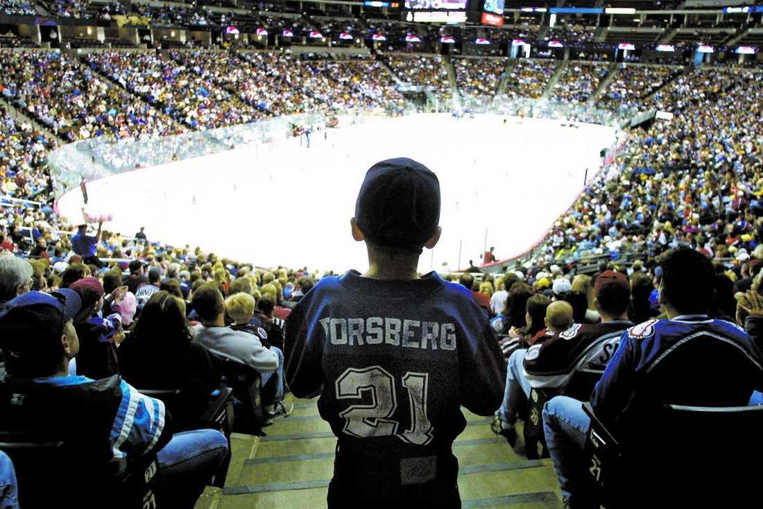 konungens återkomst Peter Forsberg har spelat elva säsonger i NHL, av dessa spenderade han nio med Colorado Avalanche. Under denna tid blev han omåttligt populär och ledde laget till två Stanley Cup segrar. Här väntar en liten pojke på att få se sin stora idol göra entré i en match 2001. FOTO: AP, AFTONBLADET, GETTY