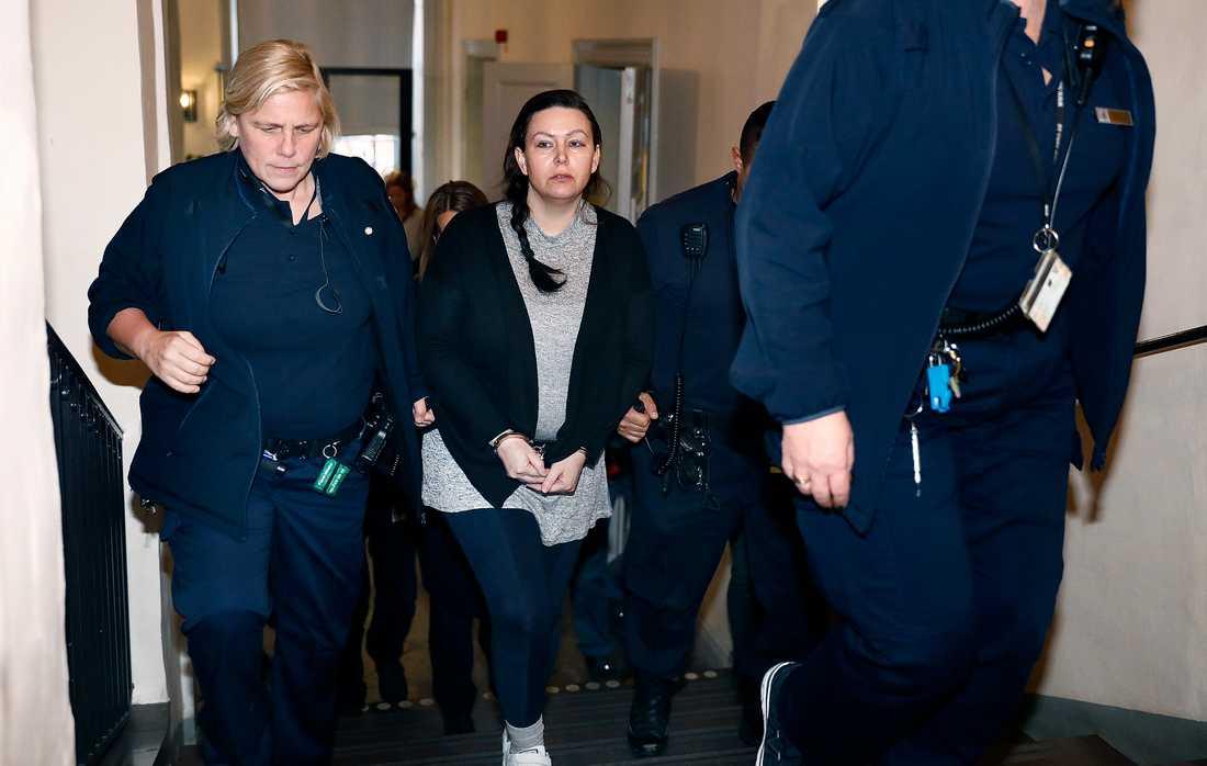 """Johanna Möller - dömd till livstidsfängelse för de sk """"sommarstugemorden"""" leds in i Svea hovrätt för förhandlingar under tisdagen efter att hon har överklagat tingsrättens dom."""