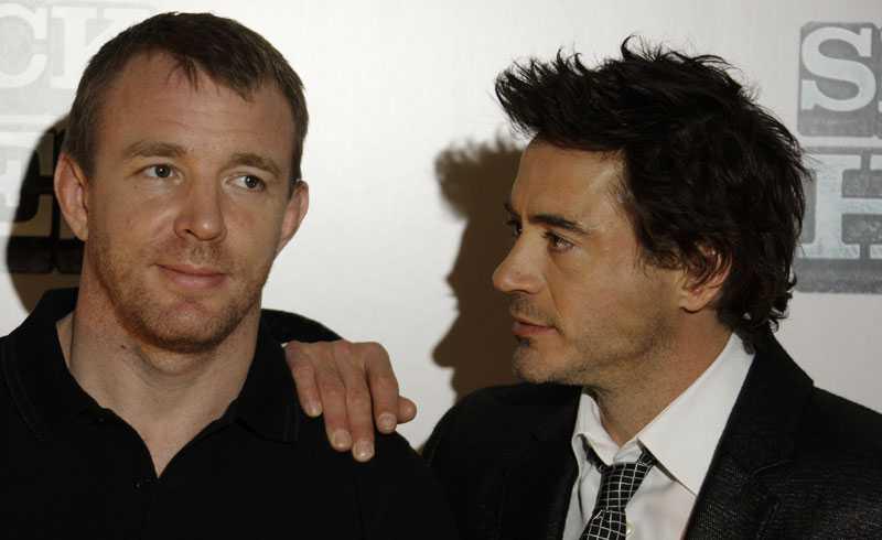 Guy Ritchie regisserar filmen om Sherlock Holmes, Robert Downey Jr spelar detektiven.