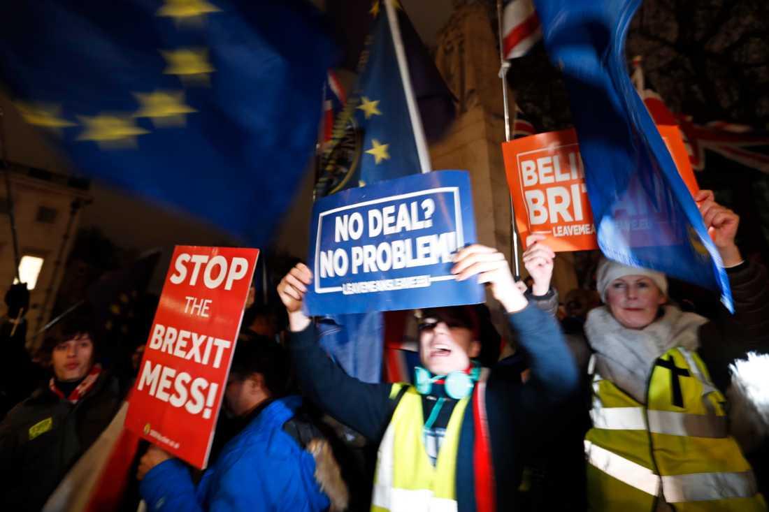 Tusentalts personer hade samlats utanför parlamentet för att följa omröstningen.