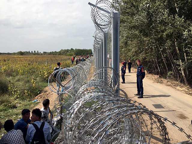 I natt trädde Ungerns nya gränslagar i kraft, och samtidigt täpptes de sista hålen i det 17 mil långa taggtrådsstängslet till.