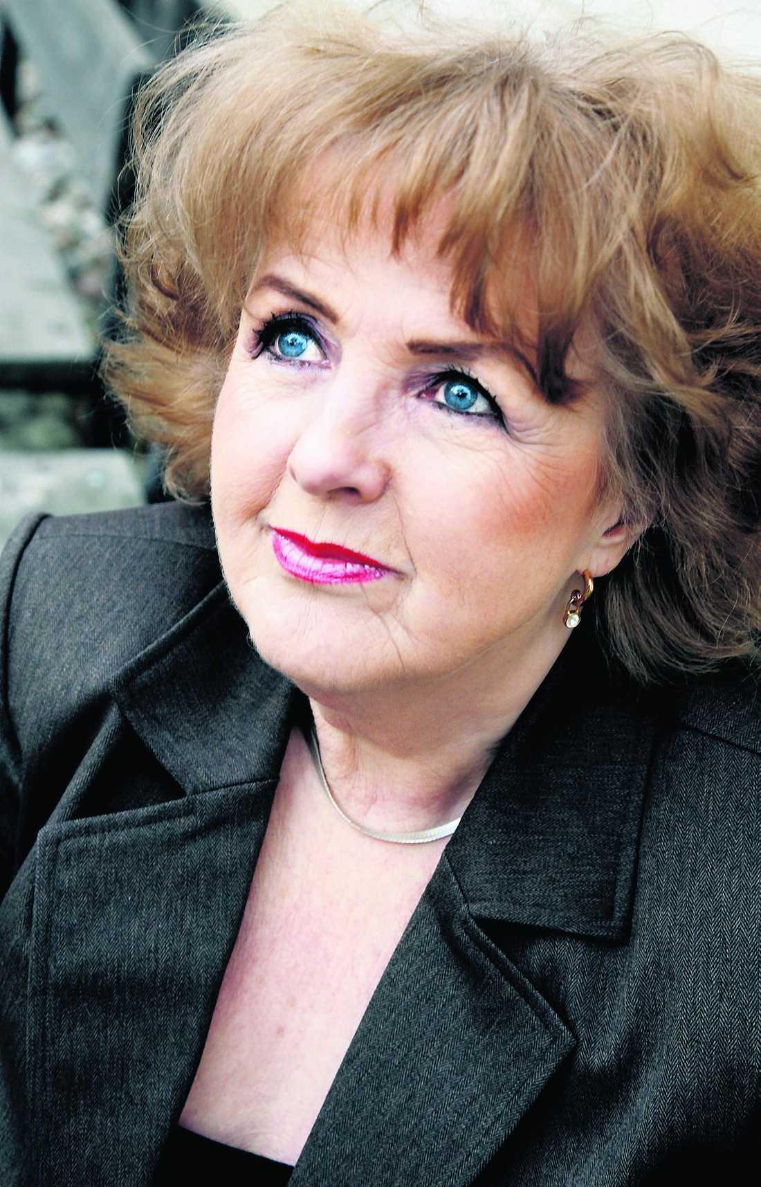 Elisabet Höglund opereras för cancer i sköldkörteln samma dag som argentinas president Cristina Fernández de Kirchner gör samma sak.