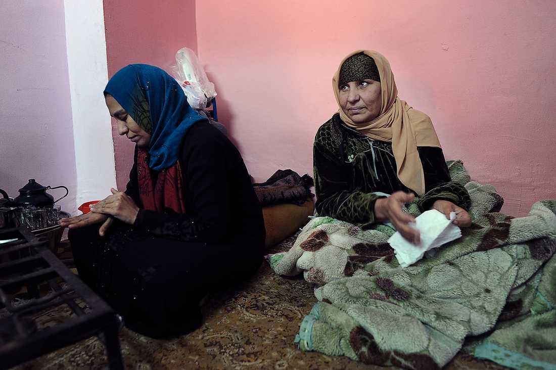 Saana, 63, bor med sin dotter Mona, 20, i Nazlet-as-Saman utanför Kairo. Nu väntar de båda på livstecken från Sameh, 24.