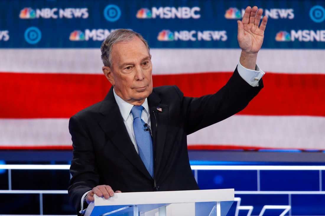 New Yorks tidigare borgmästare, affärsmannen Mike Bloomberg, försöker få ordet under Demokraternas tv-debatt i Las Vegas.