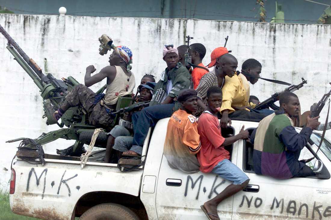 En sierraleonier i Finland begärs häktad misstänkt för krigsbrott. Arkivbild på rebellsoldater i Liberia i augusti 2003.
