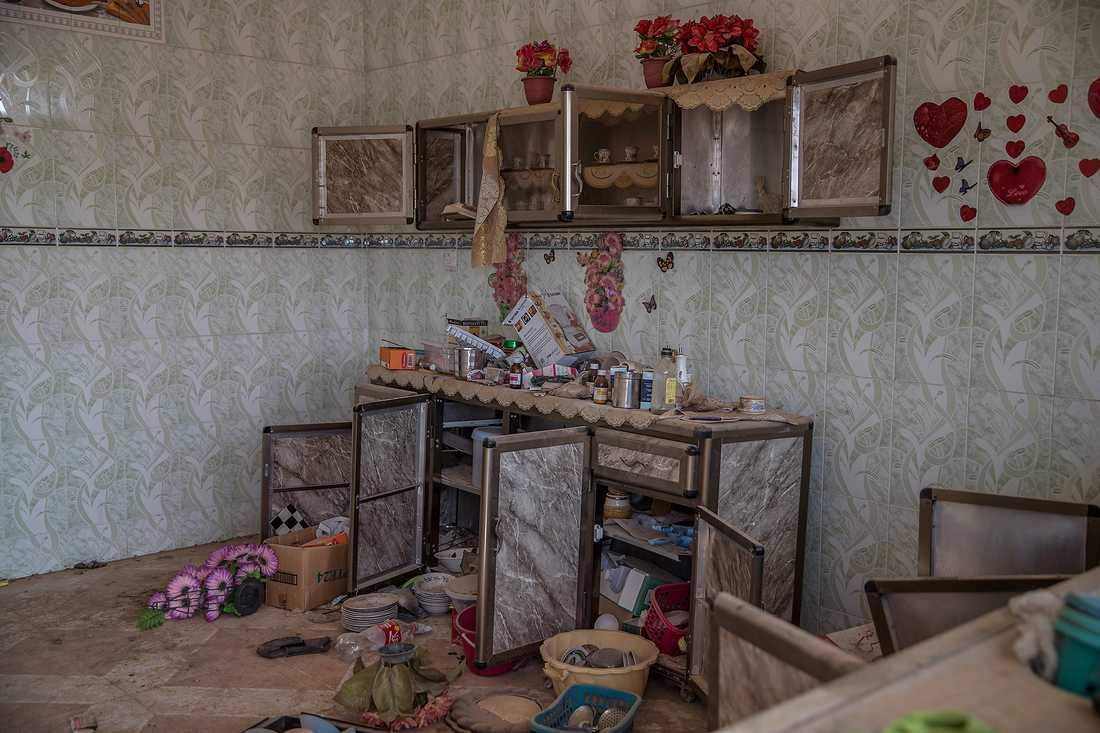 Ett av rummen stinker av motorolja. Ahmeds hem har varit någon slags verkstad för att serva vapen och motorer till IS-krigare.
