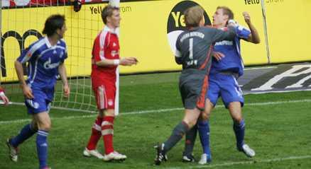 utbrottet Oliver Kahn härsknade till efter en luftduell och slog ner Schalkes anfallare Sören Larsen, tidigare i Djurgården. I dag ångrar Kahn att han gick över gränsen.