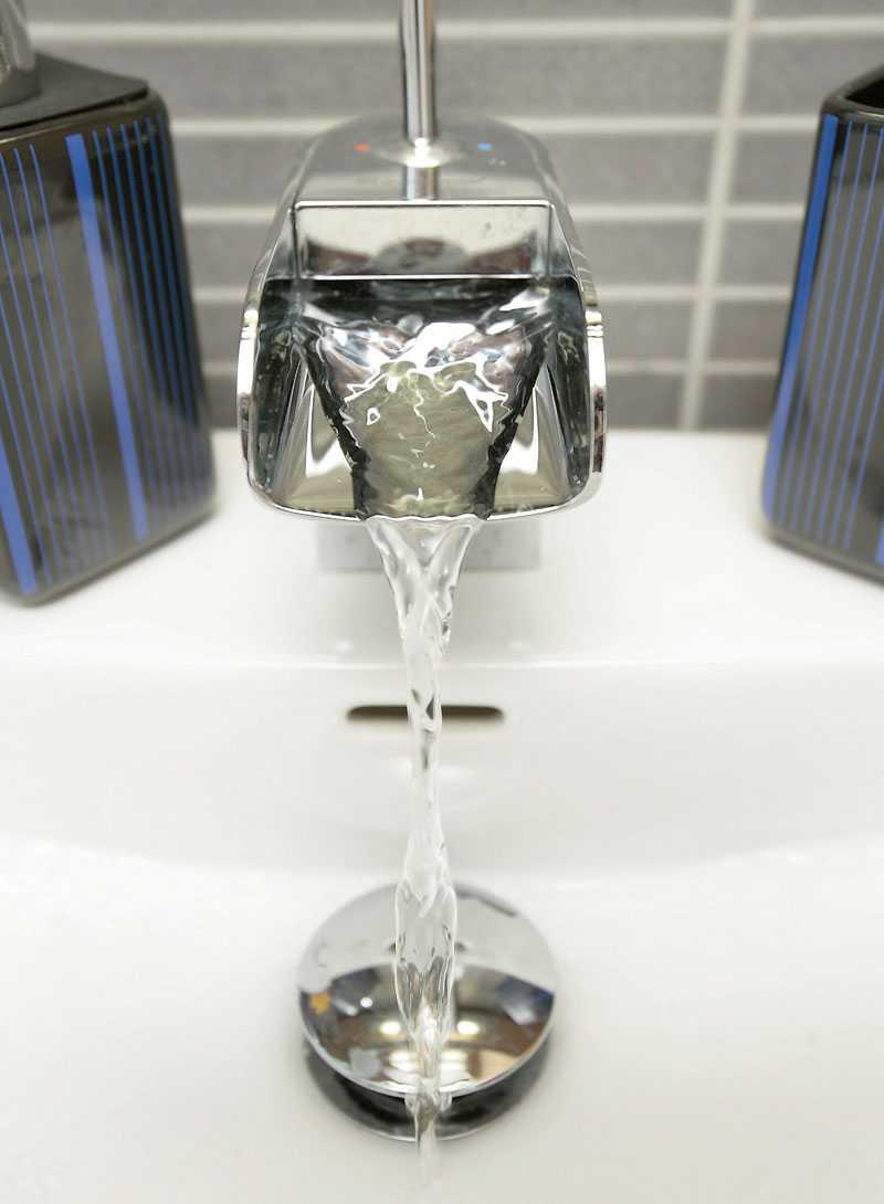 Familjen har valt en lyxig vattenkran som skapar ett vattenfall i miniatyr varje gång det sätts på.