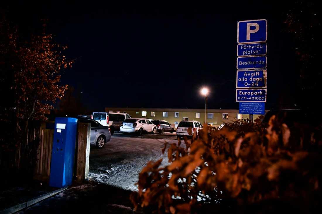 I närheten Bredbyplan i Rinkeby ska polisen ha beslagtagit den misstänkta flyktbilen.