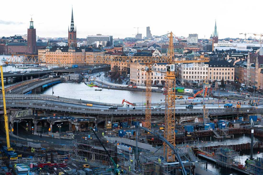 Det är fem år sedan Slussenbygget inleddes, och det dröjer minst fem år till innan bygget är klart. Den nya bron är en viktig pusselbit i det stora projektet.
