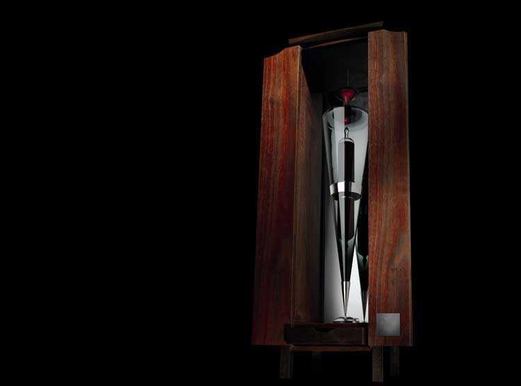 Dyra droppar Vinet består av en vinampull i glas som omsluts av ett handgjort konstverk.
