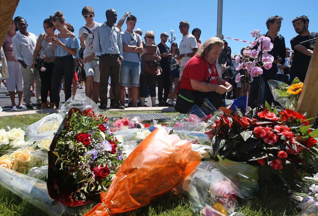 Frankrikes president Francois Hollande uppgav under fredagseftermiddagen att 50 personer fortfarande svävar mellan liv och död efter attacken.