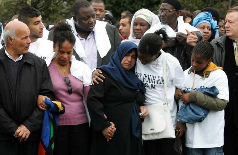 2007 Två år efter händelsen som ledde till pojkarnas tragiska död hölls en minnestund där anhöriga och vänner samlats för att hedra Zyed Benna och Bouna Traoré. Foto: AP