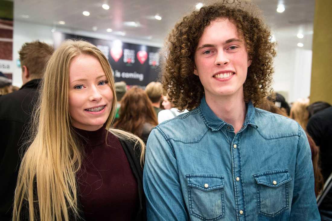 """Syskonen Albin Olsson, 19, och Matilda Olsson, 17, bilade upp från Norrköping tillsammans med sin mormor. """"Det känns jättepirrigt"""", säger Matilda."""