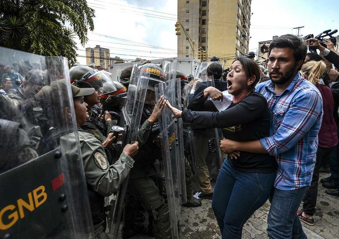 Oppositionspolitikern Amelia Belisario protesterar mot Högsta domstolen i Venezuela.