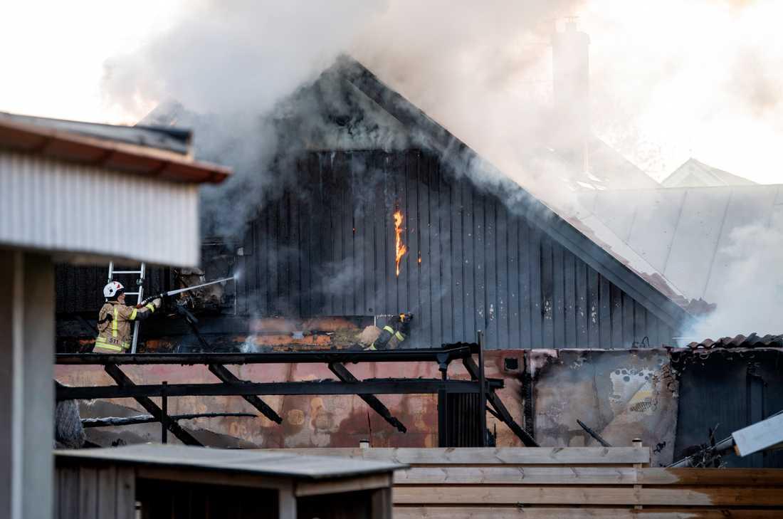 Branden startade i en bil och spred sig vidare till en villa.