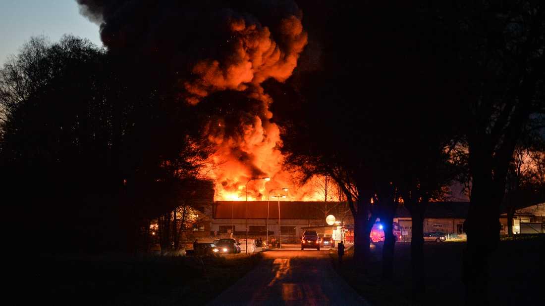 Eftersom det finns gasflaskor i den brinnande lokalen gick en varning ut om att de som bor i närheten ska hålla sig inomhus.