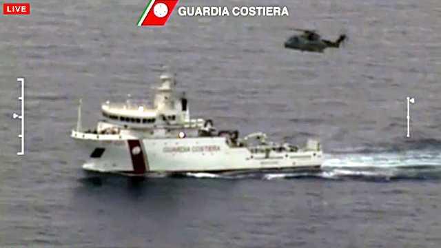Här söker kustbevakningen efter fler överlevande.