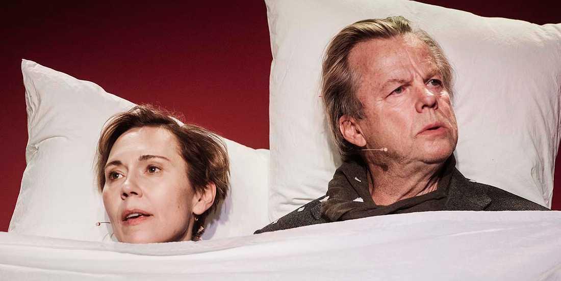 """Jessica Liedberg som Ester Nilsson och Krister Henriksson som Hugo Rask i """"Egenmäktigt förfarande"""" på Scalateatern i Stockholm."""