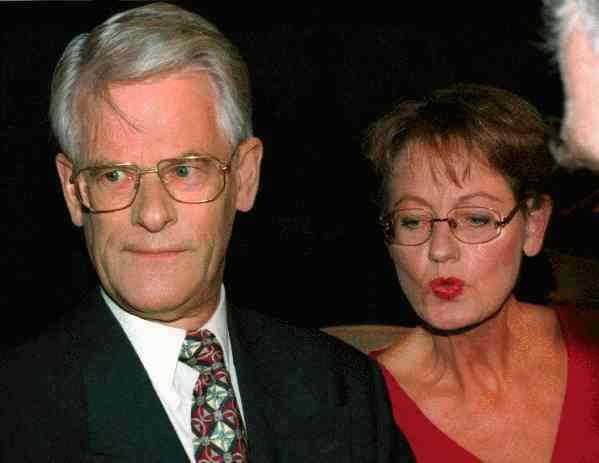 10 novemer 1995  Vid en kort presskonferens meddelar Mona Sahlin sitt beslut att hon inte kandiderar till partiledarposten. – Jag har också meddelat att jag till statsminister Ingvar Carlsson bett att få lämna mitt uppdrag som statsråd från och med nästa torsdag, den 16 november. Det har han accepterat.