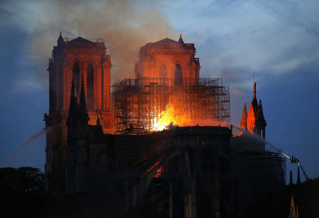 Notre-Dame-katedralen drabbades av en våldsam brand under måndagskvällen