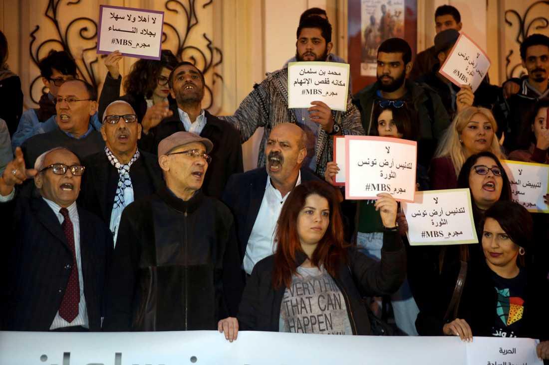 Protester för yttrandefrihet och emot den saudiske kronprinsen Mohammed bin Salman när denne besökte Tunisien i november, månaden efter det saudiska mordet på journalisten Jamal Khashoggi.