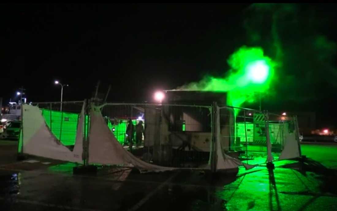 En utbränd covidtestanläggning på en parkeringsplats i Urk utanför Amsterdam efter helgens protester.