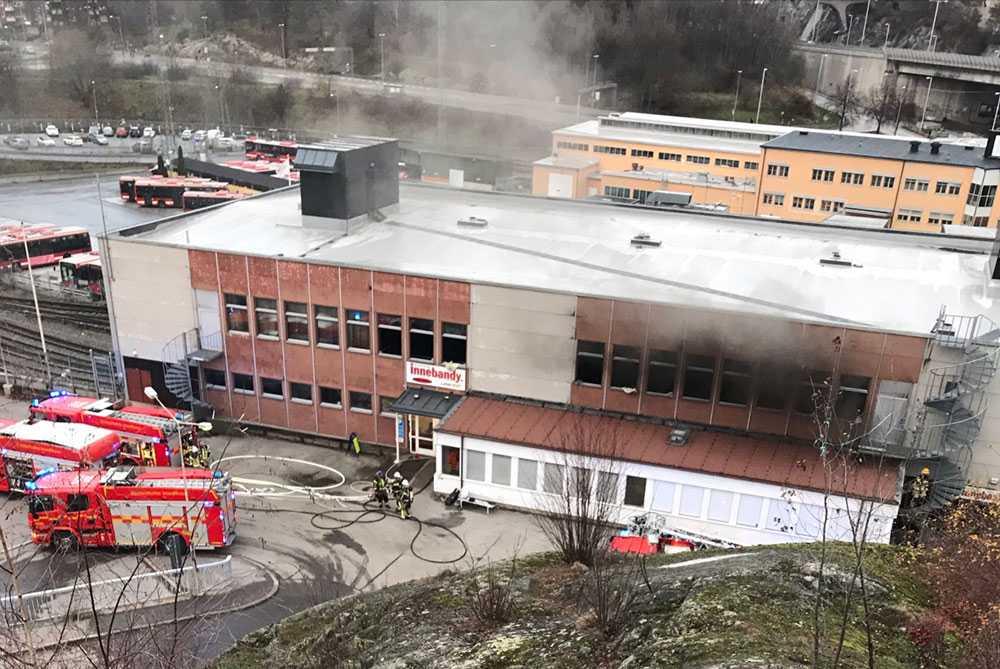 Det brinner i en sporthall i södra Stockholm.