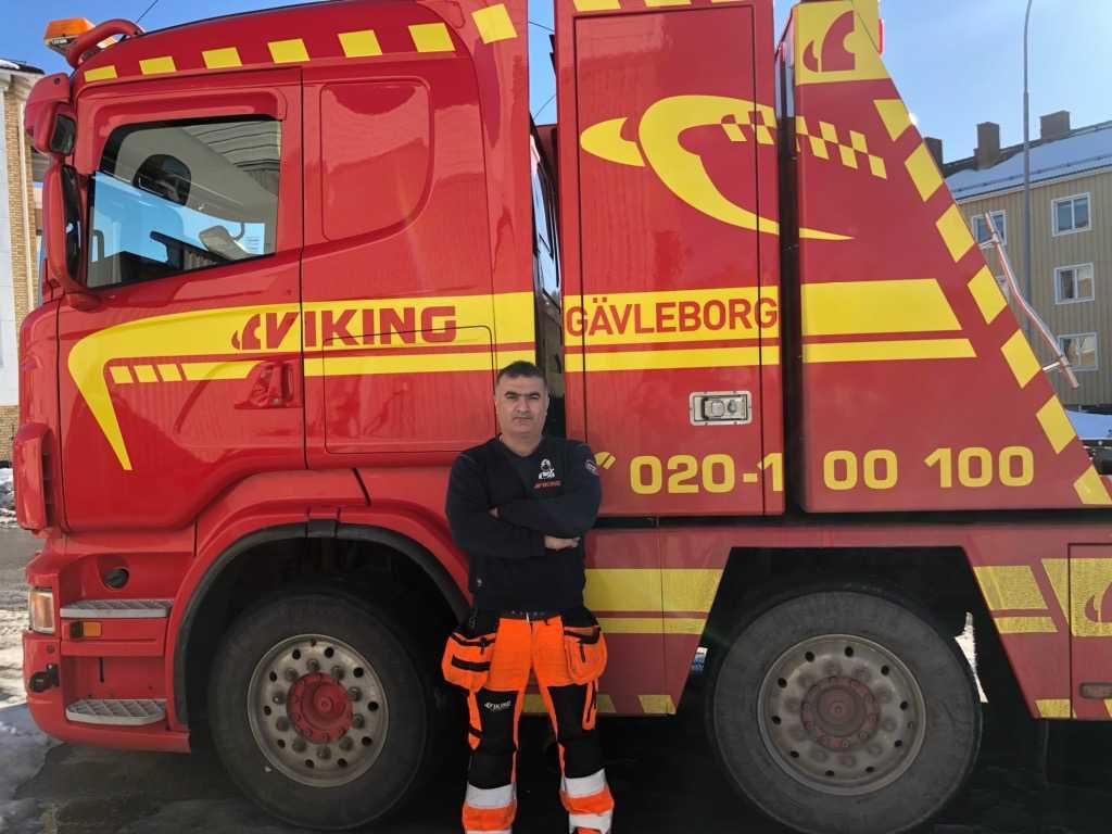 Cahit Yenigün framför lastbilen han låg i bakhåll i.