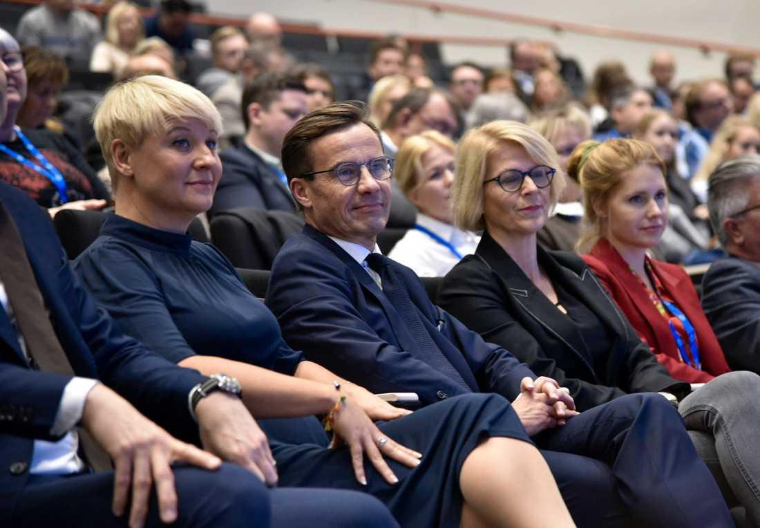 Andra vice partiordförande Anja Tenje, partiledare Ulf Kristersson och Elisabeth Svantesson, ekonomisk-politisk talesperson och första vice ordförande, under Moderaternas partistämma i Västerås.