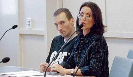 Christer Aggett med sin advokat Hanna Lindblom under häktningsförhandlingen.