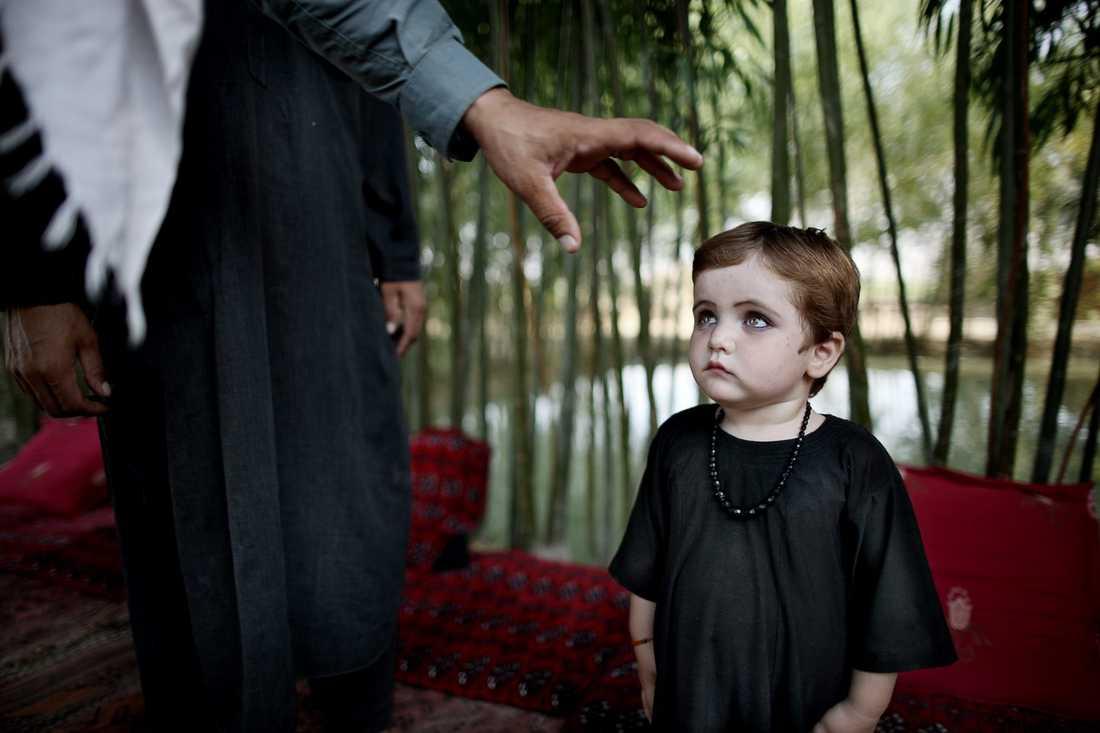 En liten flicka med gulgröna ögon kommer och sätter sig tyst på den handvävda mattan när Aftonbladet besöker bybon Barum i hans hem i Alizayi. Öppenheten hos folket i byn som fanns för ett par månader sedan har slocknat. Motståndsmännen närvaro har skrämt dem till tystnad.