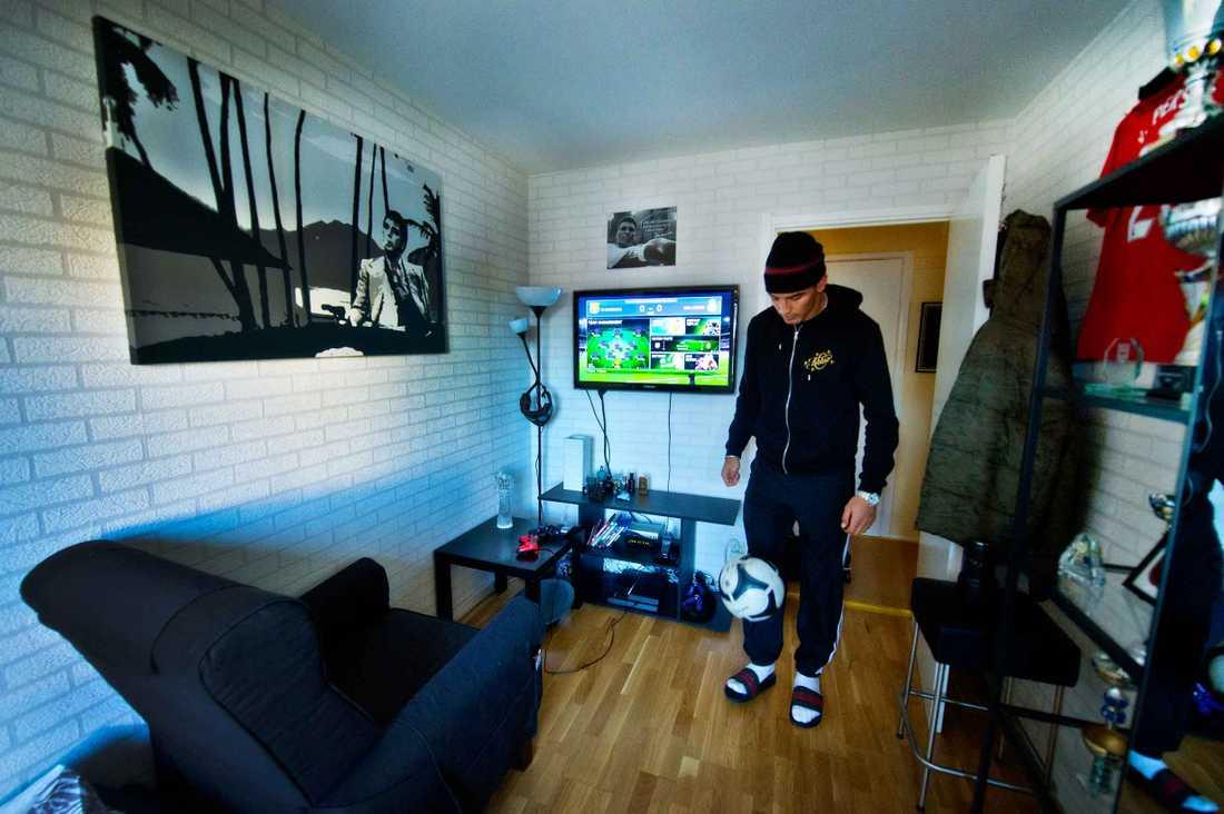 Sportbladet har träffat 16 allsvenska spelare i deras hem.  AIK:s Nabil Bahoui trixar i sitt pojkrum.