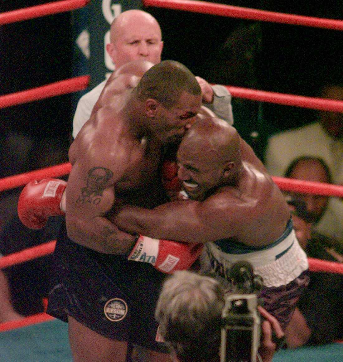 Mike Tyson i den klassiska matchen mot Evander Holyfield. Allt fokus var på händelsen där Tyson bet av örat på Holyfield.