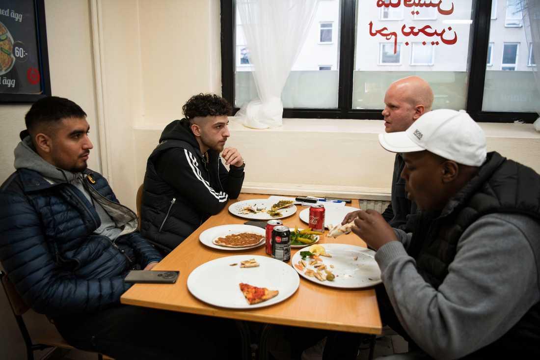 Managern Gringo och rapparna Z.E och Jiggz äter pizza på Glömmingegränd i Tensta.