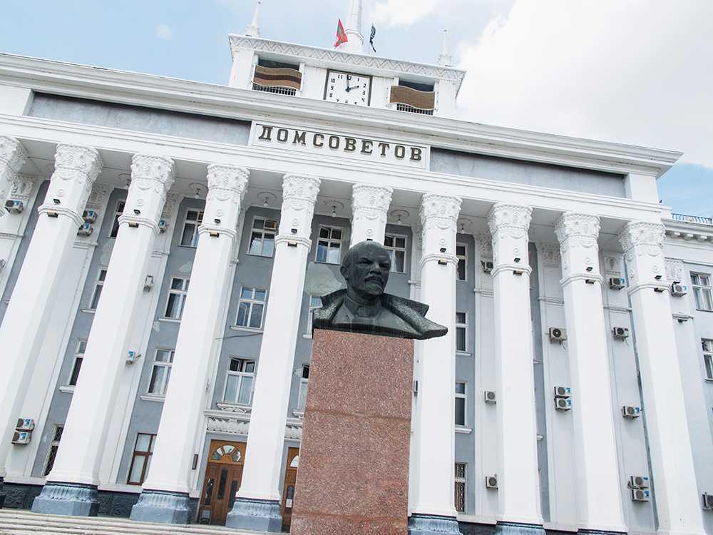 I Transnistrien finns många av symbolerna från Sovjettiden kvar, bland annat flera stora Leninstatyer. Foto: Nils Resare