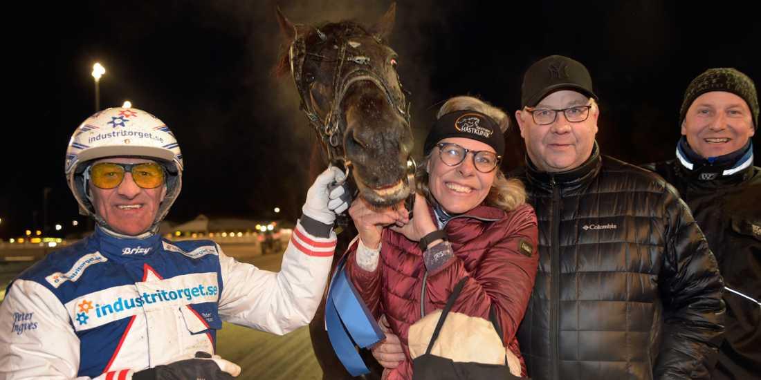 Olle Rols med kusk Peter Ingves, tränare Mats Rånlund och delägare Anne Haglund