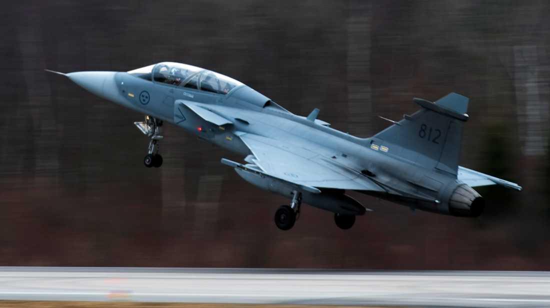 Ett Jas Gripen-plan lyfter från flygflottiljen i Ronneby.