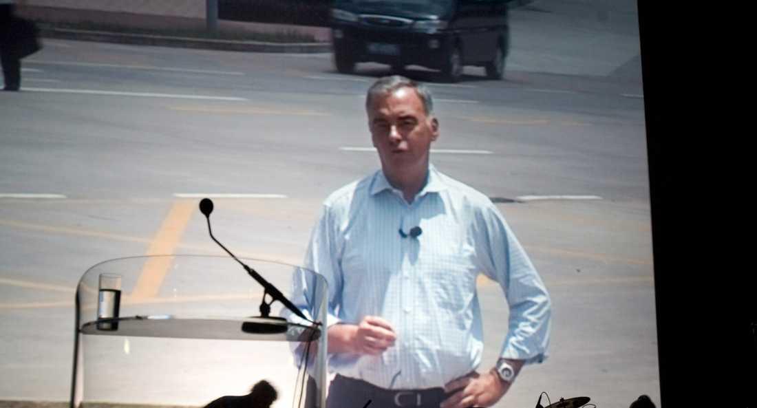 Lars Leijonborg visar resebilder på Folkpartiets landsmöte i augusti 2005.