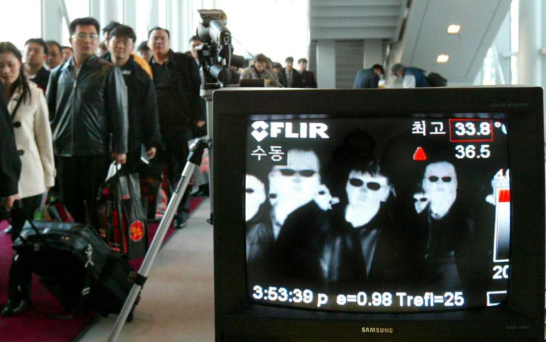 En kamera som mäter kroppstemperaturen övervakar resenärer på en flygplats i Sydkorea 2003, för att upptäcka passagerare med feber och förhindra spridning av sars. Nu väcker ett nytt, okänt lungvirus minnen av sars-epidemin. Arkivbild